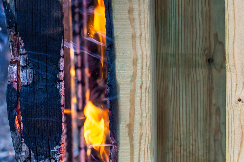 Foto van brandend houten kozijn ter ondersteuning van verhaal brandwerendheid hout